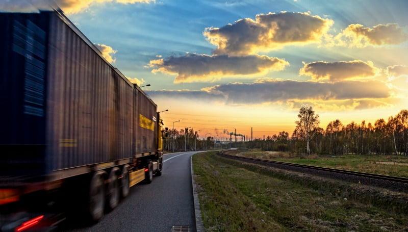 camião na estrada - Logística e Transportes Hoje