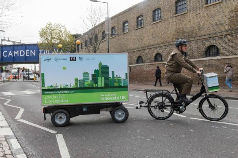 A UPS vai testar a entrega de encomendas com recurso a reboques elétricos puxados por bicicletas.