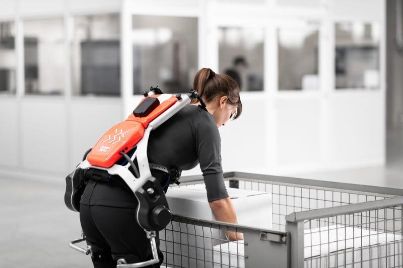 DB Schenker estuda exoesqueletos para melhorar ergonomia dos seus colaboradores de armazém