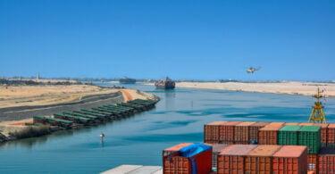 Cargueiro 'encalhado' no Suez: Do processo de libertação aos custos operacionais