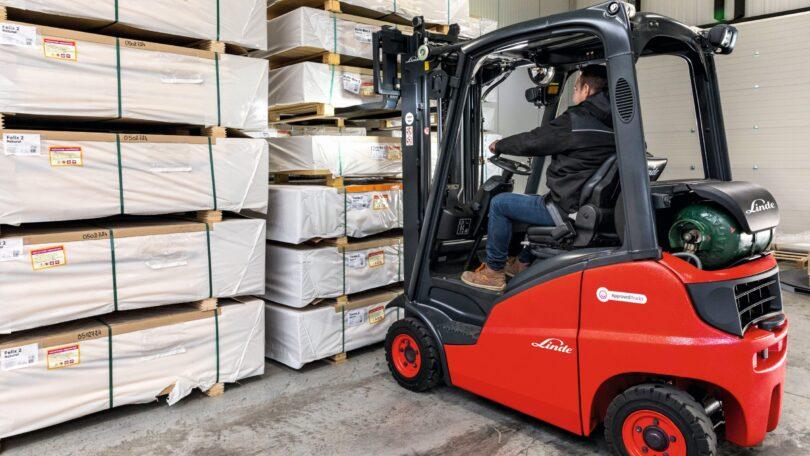 """A Linde Material Handling - empresa do setor da manutenção – anunciou dez novos packs de acessórios para os empilhadores usados """"Approved""""."""